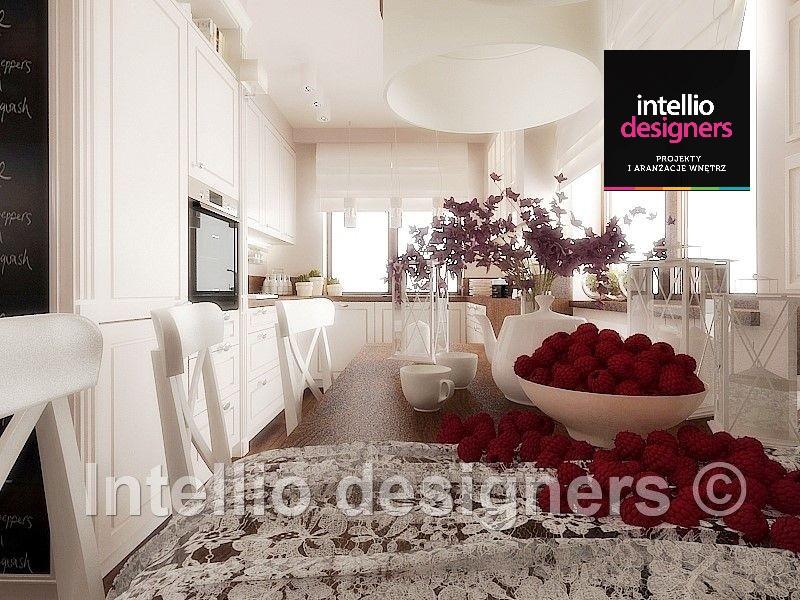 Projektowanie wnetrz projekt rustykalny dom biała jasna kuchnia z jadalnią dzbanek z malinami