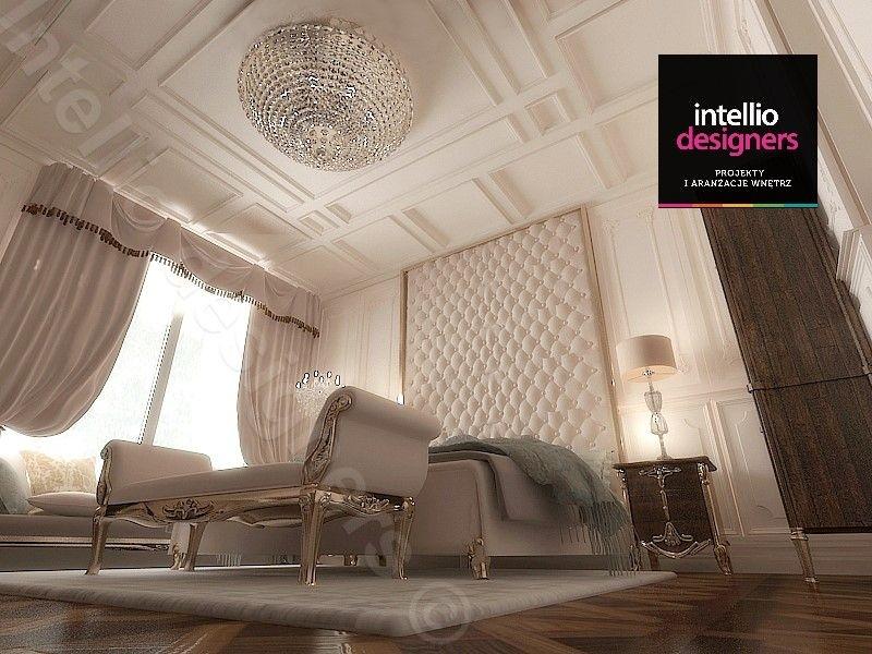 Klasyczna sypialnia z kryształowym żyrandolem