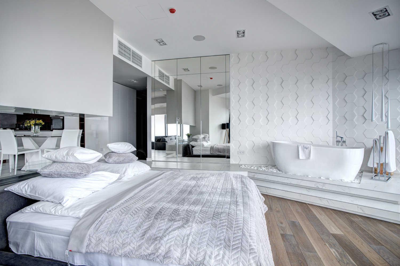 Urządzony apartament we Wrocławiu - aranzacja sypialni z wanną