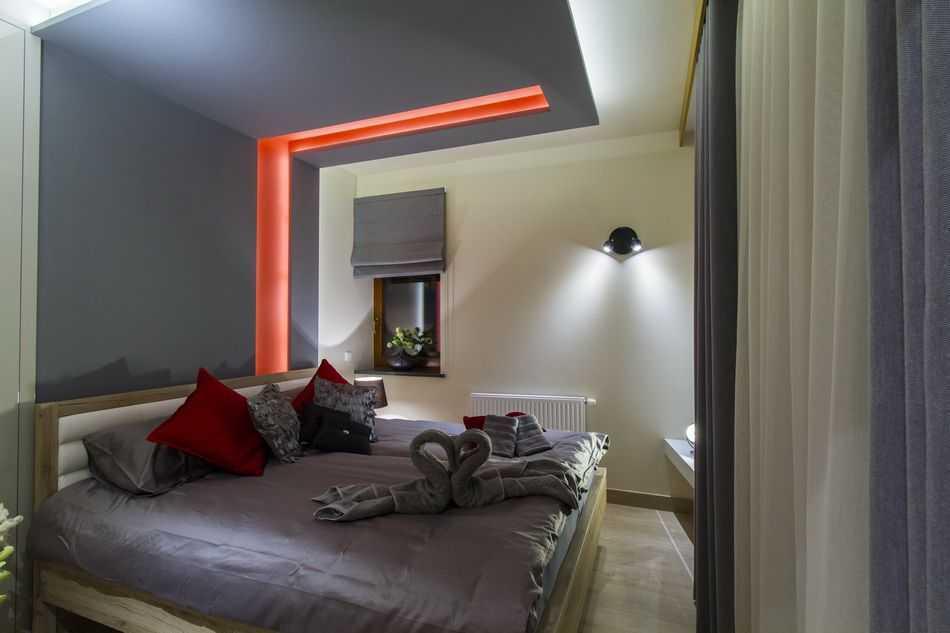 Przytulne i eleganckie wnętrza składają się z salonu połączonego z aneksem kuchennym, łazienki i sypialni.