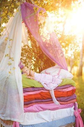śpiące dziecko, baldachim, słoneczny dzień, śpiąca królewna, sen wśród drzew