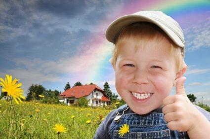 OK, zadowolone dziecko, szczęśliwe dziecko, dziecko z domem w tle, dziecko na łące