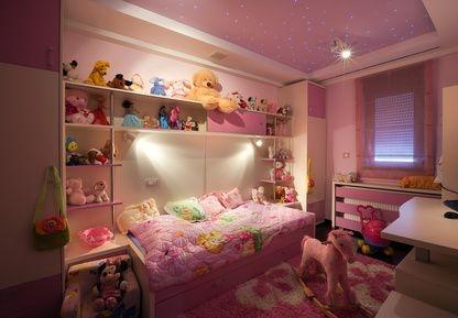 różowy pokój dziewczynki, zabawki, konik na biegunach, miśki w pokoju