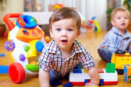 mali chłopcy, dzieci się bawią, zabawa, ładne dzieci