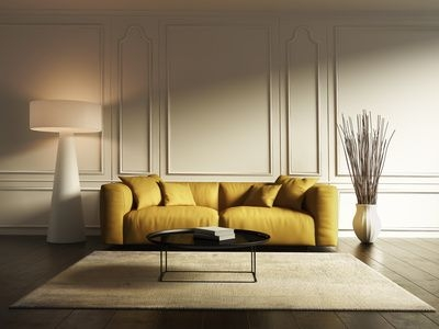 sofa, lampa stojąca, żółta sofa, ciemna podłoga, czarny stolik, molding