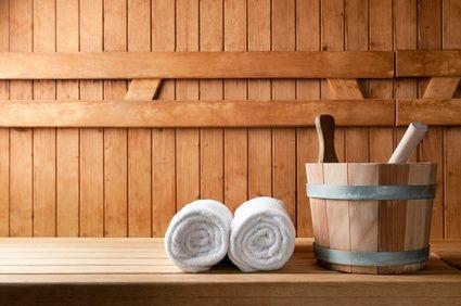 wanna drewniana, sauna, drewno w łazience, dwa ręczniki, ręczniki białe, cebrzyk do sauny