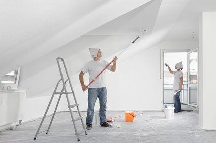 remont mieszkania, malowanie poddasza, drabina białe ściany