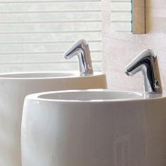 aranżacje jasna łazienka umywalki wolnostojące białe