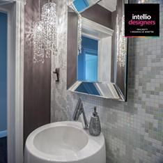 Intellio designers realizacje łazienka w stylu gramour. Jasne płytki żyrandol z kryształkami