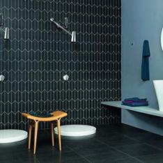 Aranżacja łazienki z produktami Zucchetti ciemne płytki na ścianie i podłodze