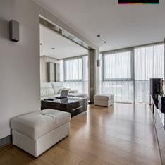 Apartament Kraków Ruczaj widok salonu jasna podłoga białe meble wypoczynkowe