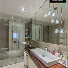 Projekt łazienki w wyjątkowym apartamencie w Krakowie, duże lustro, prysznic umywalka nablatowa