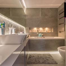 Łazienka aranżacja w apartamencie, panoramiczne lustro i mozaika