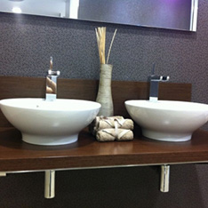 łazienka dwie umywalki ciemne drewno lustra FABRYKA PORCELANOSA