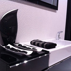 czarno biała łaziekna porcelanosa umywalka czarny flakon