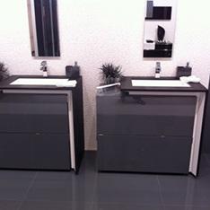 łaziekna ciemna z białymi ścianami intellio wnetrza dwie umywalki szafki szkolenie Fabryka PORCELANOSA